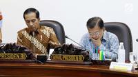 Presiden Joko Widodo (Jokowi) didampingi Wakil Presiden (Wapres) Jusuf Kalla memimpin rapat terbatas di Kantor Presiden, Jakarta, Selasa (18/7). Rapat terbatas tersebut membahas soal peraturan transportasi online. (Liputan6.com/Angga Yuniar)