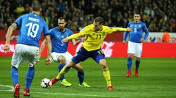 Striker Swedia, John Guidetti, berusaha melewati bek Italia, Georgio Chiellini, Georgio Chiellini, pada laga Kualifikasi Piala Dunia 2018 di Stadion Friends Arena, Solna, Jumat (10/11/2017). Swedia menang 1-0 atas Italia. (AFP/Soren Anderson)