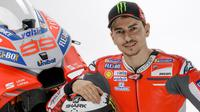 Pebalap Ducati, Jorge Lorenzo, saat memperkenalkan motor Desmosedici GP18 yang bakal dipakai pada MotoGP 2018. (Twitter/Ducati)