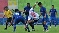 Pemain Sabah FA saat melakukan pelanggaran kepada sayap Persija, Riko Simanjutak, di Piala Gubernur Jatim di Stadion Kanjuruhan, Kabupaten Malang (13/2/2020). (Bola.com/Iwan Setiawan)