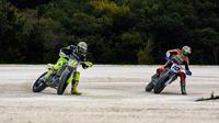 Pebalap Movistar Yamaha, Valentino Rossi (kiri), mengisi waktu luang saat MotoGP sedang libur dengan berlatih flat track di Ranch miliknya di Tavullia, Italia. (Instagram/valeyellow46)