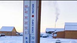 Sebuah termometer digital untuk mengukur suhu udara di desa Oymyakon, Rusia, Minggu (14/1). Termometer mencatat suhu mencapai minus 62 derajat celcius yang mengakibatkan alat ukur tersebut pecah dan mengalami kerusakan. (sakhalife.ru photo via AP)