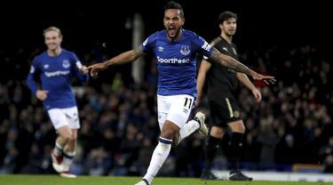Pemain Everton, Theo Walcott merayakan golnya ke gawang Leicester City pada lanjutan Premier League pekan ke-25 di Goodison Park, Liverpool (1/2/2018). Everton menang 2-0. (Nick Potts/PA via AP)