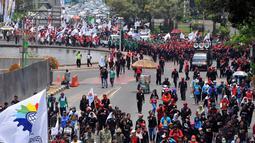 Para buruh yang mengenakan baju hitam-hitam dan ikat kepala merah itu tampak memadati jalan, Jakarta, (2/10/14). (Liputan6.com/Johan Tallo)