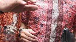 Suami Cathy Sharon, Eka Kusuma Putra mengenakana kemeja batik berwarna merah muda, Pengadilan Jakarta Selatan, Senin (14/3/2016). Eka sama sekali menolak memberikan keterangan apapun mengenai perceraiannya. (Liputan6.com/Herman Zakharia)
