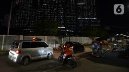 Mobil ambulans berjalan di luar RS Darurat Wisma Atlet, Jakarta, Selasa (22/6/2021). Bertepatan dengan HUT ke-494 DKI Jakarta, ada peningkatan kasus COVID-19 yang sudah memasuki fase kritis. (merdeka.com/Imam Buhori)