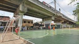 Anak-anak bermain futsal di RPTRA kawasan Mangga Dua Selatan, Jakarta, Minggu (6/5). Sebelum dirubah menjadi RPTRA dua tahun lalu, kolong rel kereta tersebut merupakan tempat parkir dan tempat sampah. (Liputan6.com/Herman Zakharia)