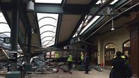 Kereta NJ Transit itu tergelincir saat memasuki stasiun Hoboken New Jersey, dan mengakibatkan lebih dari 100 orang terluka (@coreyfuttdesign/Twitter).
