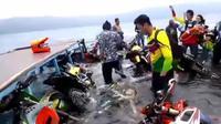 Rombongan Trail Adventure Jelajah Tiga Danau di wilayah Sulawesi tenggelam saat melintasi danau  Danau Matano, Nuha, Luwu Timur, Sulawesi Selatan, Minggu (29/4/2018).