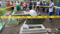 Polisi berhasil menangkap pelaku pencurian kain kafan dan tali pengikat jenazah bayi di TPU Mbeji, Cilacap. (Foto: Liputan6.com/Polres Cilacap/Muhamad Ridlo)