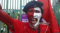 Muhammad Kurniawan, suporter Timnas Indonesia U-23 saat laga melawan Hong Kong di Stadion Patriot Candrabhaga, Bekasi, Senin (20/8/2018). (Bola.net/Fitri Apriani)
