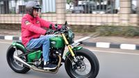 Presiden Joko Widodo (Jokowi) mengendarai motor menuju Pasar Anyar, Tangerang, Banten, Minggu (4/11/2018). Tampil dengan gayanya yang khas, Jokowi mengendarai sepeda motor custom untuk menuju ke pasar. (Liputan6.com/HO/Biro Pers Setpres)
