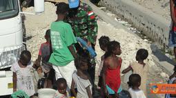 Citizen6, Haiti: Prajurit TNI yang tergabung dalam Satgas Kizi TNI Kontingen Garuda XXXII-A/Minustah tengah melaksanakan tugas sebagai pasukan perdamaian PBB di Haiti selama satu tahun memberikan bantuan air bersih. (Pengirim: Badarudin Bakri)