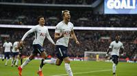 Penyerang Tottenham Hotspur, Harry Kane (tengah) menyumbangkan dua gol saat timnya menang atas Liverpool pada laga Premier League di Wembley Stadium, London, (22/10/2017). Tottenham menang 4-1. (AFP/IKIMAGES/Ian Kington)
