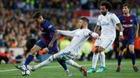 Pemain Barcelona, Coutinho berebut bola dengan pemain Real Madrid, Sergio Ramos pada pertandingan La Liga Spanyol di Stadion Camp Nou, Minggu (6/5). Barcelona bisa memaksakan hasil imbang dengan Real Madrid 2-2. (AP/Manu Fernandez)