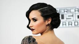 Penyanyi Demi Lovato saat menghadiri ajang American Music Awards 2015 di Los Angeles , California, Minggu (22/11). (REUTERS/David McNew)