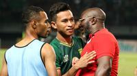 Dua pemain Persebaya Surabaya asal Papua, Osvaldo Haay dan Ruben Sanadi bersama pelatih Persipura, Jacksen Tiago di Stadion Gelora Bung Tomo, Jumat (2/8/2019). (Bola.com/Aditya Wany)