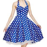 Bernostalgia ala vintage dengan memakai dress polkadot.