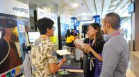 Pengunjung mengunjungi salah satu stan pameran ivent Mekari di Jakarta, Kamis (25/4). Dalam ivent tersebut, Bank Mandiri berharap dapat memperkuat kapasitas UKM dalam mengembangkan bisnis melalui pemanfaatan teknologi digital. (Liputan6.com/Angga Yuniar)