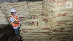 Selama musim tanam pertama 2021 (Maret - April 2021) ketersediaan Pupuk Kaltim sebagai produsen pupuk urea terbesar di Indonesia menjadi salah satu momentum untuk mendukung ketahanan pangan nasional di masa pandemi Covid-19. (Liputan6.com/Pool/Pupuk Kaltim)