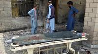 Puing-puing akibat ledakan bom bunuh diri di sebuah rumah sakit di Pakistan (AP/Ishtiaq Mahsud)