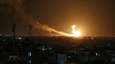 Bola api terlihat setelah serangan udara Israel di Rafah, Jalur Gaza, Palestina, Minggu (23/2/2020). Militer Israel menggempur target-target Jihad Islami di Jalur Gaza. (SAID KHATIB/AFP)