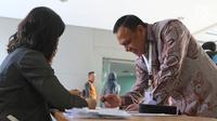 Kapolda Sumsel Irjen POL Firli Bahuri saat mengisi daftar hadir saat mengikuti tes psikologi di Pusdiklat Kemensetneg, Jakarta, Minggu (28/7/2019). Dalam tes psikologi ini diikuti oleh 104 peserta setelah melalui proses seleksi pada tes administrasi. (Liputan6.com/Herman Zakharia)