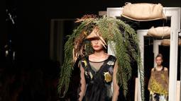Model mengenakan topi dan hiasan kepala unik saat memeragakan koleksi Musim Semi-Musim Panas 2019 di Milan Fashion Week, Milan, Italia, Jumat (21/9). Hiasan kepala mulai dari tumbuhan hingga kupu-kupu. (AP Photo/Antonio Calanni)