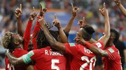 Para pemain Panama merayakan gol bunuh diri yang dilakukan bek Tunisia, Yassine Meriah, pada laga grup G Piala Dunia di Mordovia Arena, Saransk, Kamis (28/6/2018). Tunisia menang 2-1 Panama. (AP/Darko Bandic)