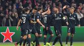 Perayaan gol Real Madrid yang dicetak Karim Benzema pada leg 1, 16 besar Liga Champions yang berlangsung di stadion Amsterdam Arena, Amsterdam, Kamis (14/2). Real Madrid menang 2-1 atas Ajax. (AFP/Emmanuel Dunand)