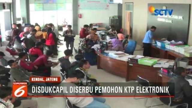Menjelang Pilkada 2018, warga Jawa Tengah serbu Disdukcapil untuk mendapatkan KTP elektronik.
