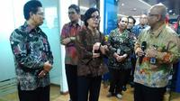 Menteri Keuangan (Menkeu), Sri Mulyani Indrawati mengunjungi Kantor Pelayanan Perbendaharaan Negara (KPPN) Jakarta II, Kamis (21/12/2017). (Fiki/Liputan6.com)