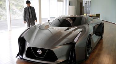 General Manager of Color Departemen Desain Global Design Center, Tsutomu Yamaguchi berdiri disamping mobil Nissan Concept 2020 Visi Gran Turismo di Global Design Center, Atsugi , Jepang, (14/1). (REUTERS / Toru Hanai)