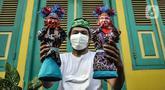 Masudi alias Bang Ntong Salam (40) menunjukkan miniatur ondel-ondel di Jalan Gang 3, Kelurahan Pondok Kopi, Kecamatan Duren Sawit, Jakarta Timur, Selasa (19/10/2021). Pandemi COVID-19 tak menyurutkan semangat ayah dua anak ini untuk melestarikan budaya Betawi. (merdeka.com/Iqbal S. Nugroho)