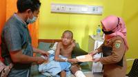 Kaki remaja di Natuna nyaris membusuk karena infeksi dan tak mampu berobat. (Foto: Batamnews.co.id)