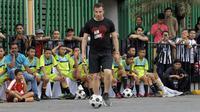 Legenda sepak bola Italia, Alessandro Del Piero, memberikan coaching clinic di pelataran parkir Plaza Medan Fair, Kamis (17/5/2018). (Liputan6.com/Reza Efendi)