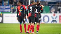 Pemain bertahan Hertha Berlin, Jordan Torunarigha, menerima kartu merah karena protes kerasnya menyusul serangan rasisme yang diterima dari suporter Schalke 04. (Dok. Twitter/Hertha Berlin)