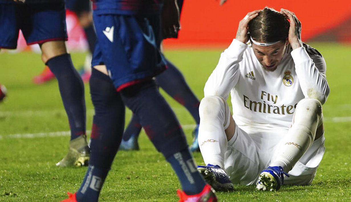 Bek Real Madrid, Sergio Ramos, tampak lesu usai ditaklukkan Levante pada laga La Liga di Stadion Ciutat de Valencia, Sabtu (22/2/2020). Levante menang 1-0 atas Real Madrid. (AP/Alberto Saiz)