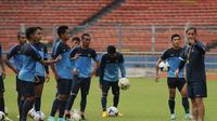 Asisten pelatih Timnas Senior Indonesia, Wolfgang Pikal (kanan) memberikan arahan pada skuad Garuda saat sesi latihan jelang laga persahabatan melawan Timor Leste di Stadion GBK Jakarta, Senin (10/11/2014). (Liputan6.com/Helmi Fithriansyah)
