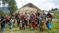 Binmas Noken Satgas Nemangkawi beserta Kodim 1714/PJ Ilaga menggelar kegiatan bakti sosial dan trauma healing untuk masyarakat di Ilaga, Papua. (Foto: Istimewa)
