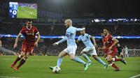 Gelandang Manchester City, David Silva, berusaha melewati bek Liverpool, Dejan Lovren, pada laga leg kedua perempat final Liga Champions di Stadion Etihad, Rabu (11/4/2018). Manchester City takluk 1-2 dari Liverpool. (AP/Rui Vieira)