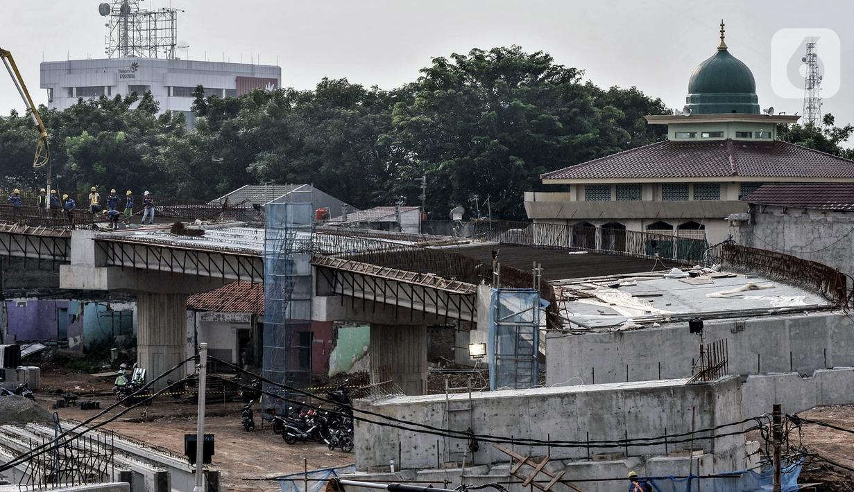 Aktivitas pekerja saat menyelesaikan proyek pembangunan Tol Becakayu seksi 1A di kawasan Pasar Gembrong, Jakarta, Selasa (14/7/2020). Proyek pembangunan Tol Becakayu seksi 1A rute Kampung Melayu-Cipinang Muara sepanjang 3,5 kilometer tersebut molor dari target. (merdeka.com/Iqbal S. Nugroho)
