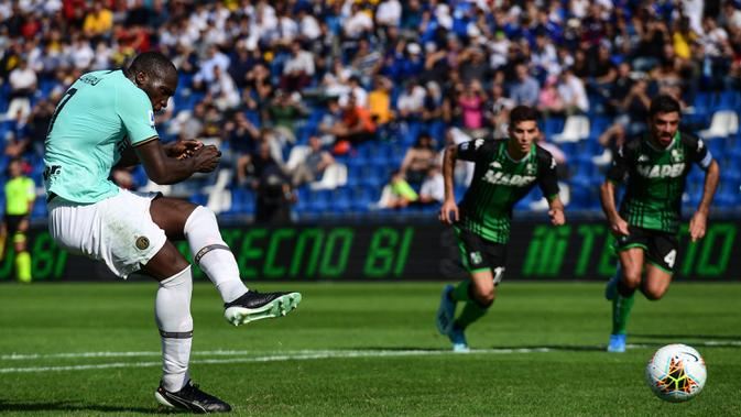 Striker Inter Milan, Romelu Lukaku, melepas tendangan ke gawang Sassuolo pada laga Serie A Italia di Stadion Mapei, Reggio-Emilia, Minggu (20/10). Sassuolo kalah 3-4 atas Inter. (AFP/Miguel Medina)