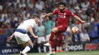 Penyerang Liverpool, Mohamed Salah, mengontrol bola saat melawan Tottenham Hotspur pada laga Liga Champions 2019 di Stadion Wanda Metropolitano, Madrid, Minggu (2/6). Liverpool menang 2-0 atas Tottenham Hotspur. (AP/Bernat Armangue)