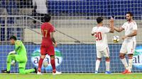 Penyerang Uni Emirat Arab, Ali Mabkhout (kanan) melakukan selebrasi bersama rekannya, Ali Saleh, setelah mencetak gol ke gawang Indonesia, pada Kualifikasi Piala Dunia 2022, di Stadion Al Maktoum, Dubai, Kammis (10/10/2019).  (AFP / Karim Sahib)