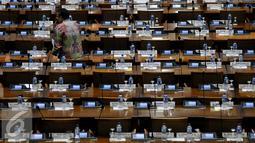 Suasana Sidang Paripurna ke-24 di Komplek Parlemen, Senayan, Jakarta, Selasa (12/4). Rapat membahas Penyerahan Laporan Hasil Pemeriksaan BPK RI Periode 1 Juli sampai dengan 31 Desember 2015. (Liputan6.com/Johan Tallo)
