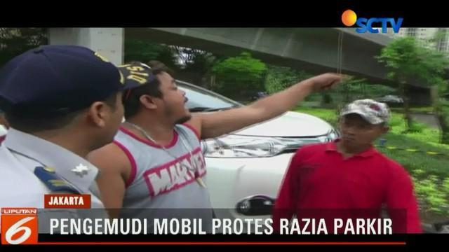 Pria berbadan gemuk mengamuk menantang petugas saat mobil milik atasannya yang merupakan seorang PNS akan diderek paksa.