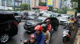Kendaraan terjebak kemacetan saat melintas di sekitar TPU Karet Bivak, Jakarta, Sabtu (4/5). Ramainya warga yang berziarah jelang Ramadan menimbulkan kemacetan di kawasan tersebut akibat banyak parkir liar serta warga yang berlalu lalang. (Liputan6.com/Immanuel Antonius)