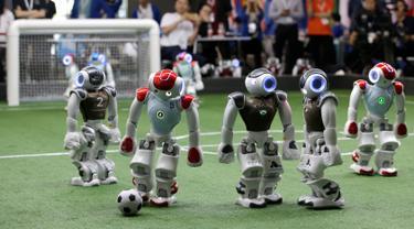 Pemain sepak bola robot menggiring bola dalam pertandingan RoboCup Asia-Pacific Tianjin Invitational Tournament 2019 di Tianjin, China, Jumat (17/5/2019). Kompetisi robot sepak bola ini merupakan bagian acara World Intelligent Congress. (REUTERS/Jason Lee)