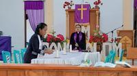Pendeta Crispin Larunsedu STeol tetap menjalankan tugas melayani jemaat dengan mematuhi instruksi pemerintah untuk menjaga jarak.